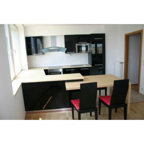 Modern konyhabútor, magasfényű fekete ajtókkal, Whirlpool gépekkel